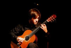 Read more about the article Vendredi 28 à 21h – Si proche, si loin, la guitare à la croisée des chemins…
